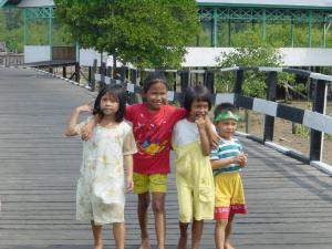 Y0038-020822-14BontangKuala-海上集落の少女たち